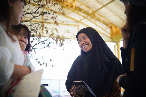 幼稚園の送迎では日本のママ友と情報交換。分からない言葉はスマホの翻訳機能を駆使する
