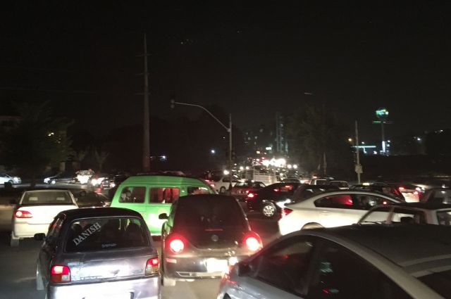 パキスタン・イスラマバードの信号機がある交差点、夜の様子