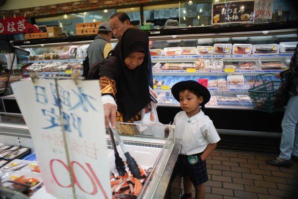 魚と野菜はハラル(宗教上食べるのが許されている)食材。真剣に品定め。お菓子コーナーに行きたいイズミ君はむくれている