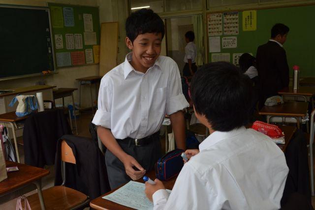中学校で友達と冗談を言い合うアズミ君。最近楽しかったのは、合唱祭でクラスが優賞したこと。「イベントがたくさんある日本の学校が好き」と話す=松川希実撮影