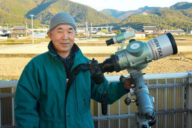 彗星探索に使うレンズ・カメラと岩本さん=2018年11月15日、徳島県阿波市阿波町の岩本さん宅ベランダ、三上元撮影