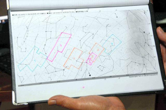 岩本さんが観測に使う星図。その日撮影した範囲を蛍光ペンで書き込んでいる。11月8日に撮影した部分はピンク色。新彗星の発見場所が十字に切ってある=徳島県阿波市阿波町、三上元撮影