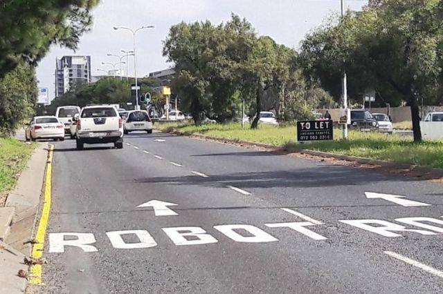南アフリカの道路に書かれた「この先ロボット」