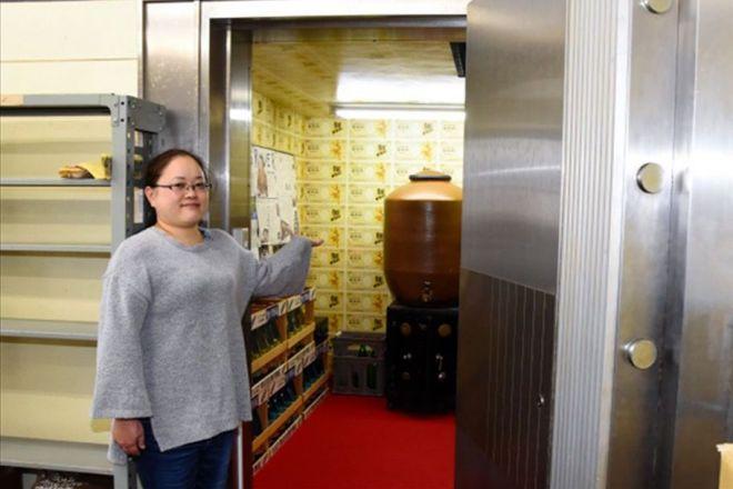 「預貯酎」を貯蔵する分厚い扉の金庫=高知県四万十町大正、菅沢百恵撮影