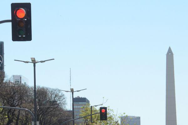 6枚目の信号機の背後に写っているのは、南米のパリとも呼ばれるこの街のシンボル「オベリスコ」です。正解はアルゼンチンのブエノスアイレスでした。