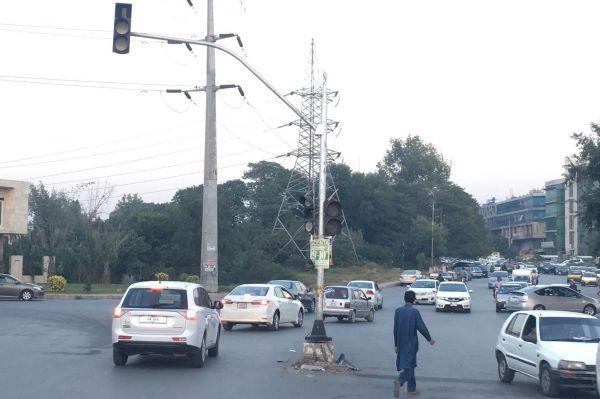 8枚目の信号機は消灯中。首都なんですが、故障しているものが目立つそうです。歩いている男性の服装は「シャルワール・カミーズ」と呼ばれるこの地方の民族衣装。正解はパキスタンのイスラマバードでした。