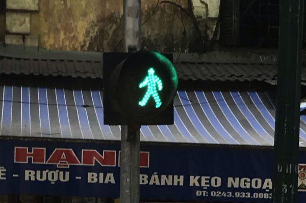 6枚目は背景の文字をよく見てください。アルファベットですが、ちょっと特徴的ですね。この国の公用語は英語ではありません。正解はベトナムのハノイでした。