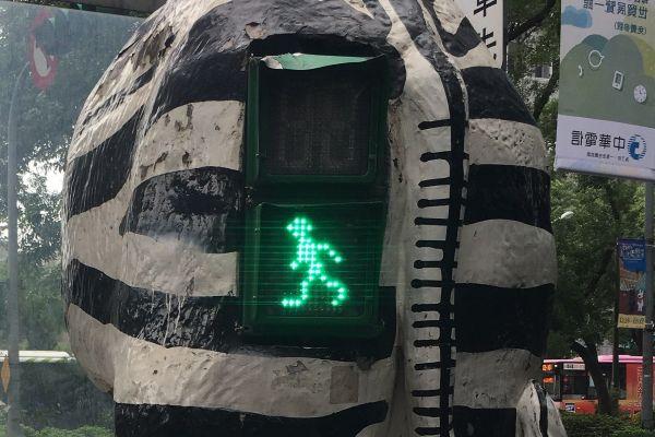 7枚目の信号機は、なぜシマウマのおしりにめり込んでいるのかを考えても仕方ないので、やはり広告の文字を参考にしてください。正解は台湾の台北でした。