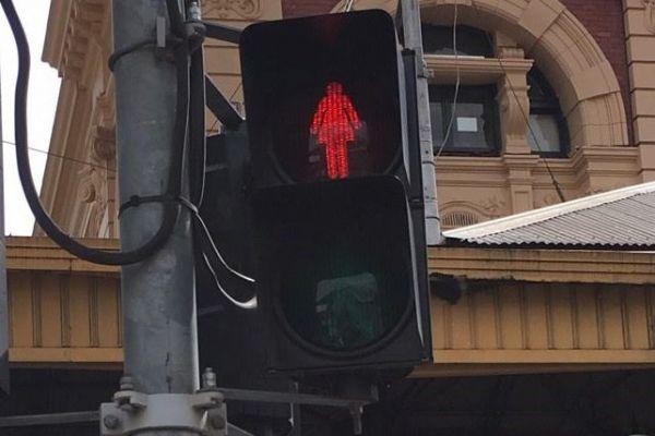 5枚目は……そうです、女性です。世界でも珍しい信号機を採用したのは、南半球にあるあの国。正解はオーストラリアのメルボルンでした。