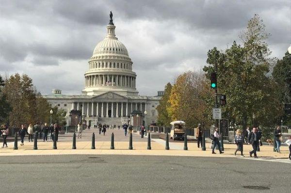 4枚目は、写り込んでいる建物にご注目。最近選挙がありました。正解はアメリカの首都ワシントンでした。