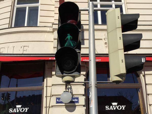 2枚目は、背景に写り込んでいる通りの名前(青地に白文字の看板)がずいぶん長いですね。この国の公用語では、通りは「Straße」という言葉を使います。正解はウィーンでした。