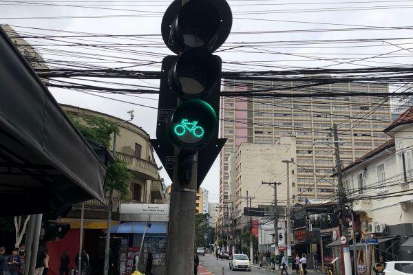 3枚目は、自転車のマークが入っていますね。うしろを通る太い電線が特徴的。なんとなく日本の下町にもにた風情を感じますが、日系人も多く住んでいる街です。南半球にあります。正解はブラジルのサンパウロでした。