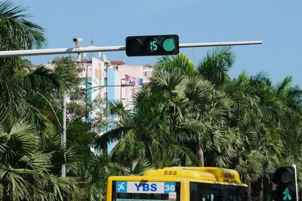 5枚目は通行中のバス後部に「36」と書かれていますね。「YBS」というアルファベットを挟んで左側にあるぐにゃりとしたやつがこの国の数字で、やはり「36」です。正解はミャンマーのヤンゴンでした。