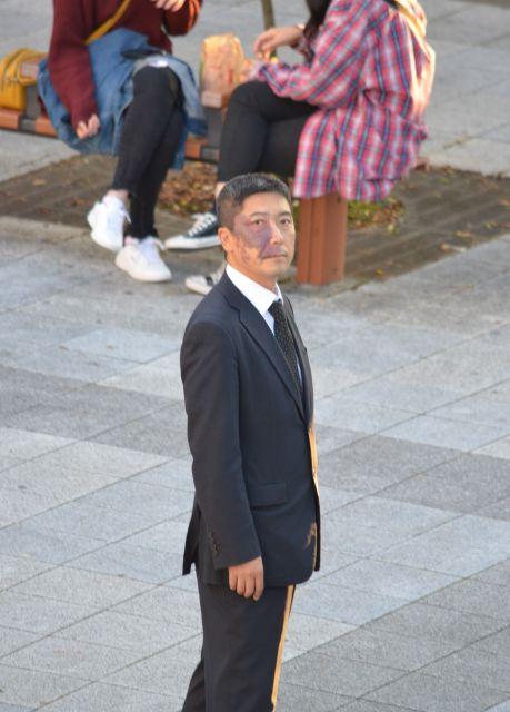 街頭に立つと石井さんは目立ちます。私たちが雑踏で感じる「匿名性の心地よさ」とは無縁です