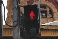 女性のシルエットの信号機もありました