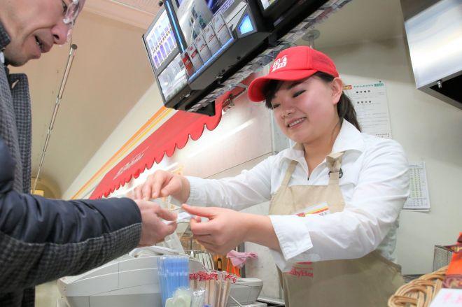 コンビニで働く中国人留学生(右)。外国人店員を見ない日は、今やほとんどありません。