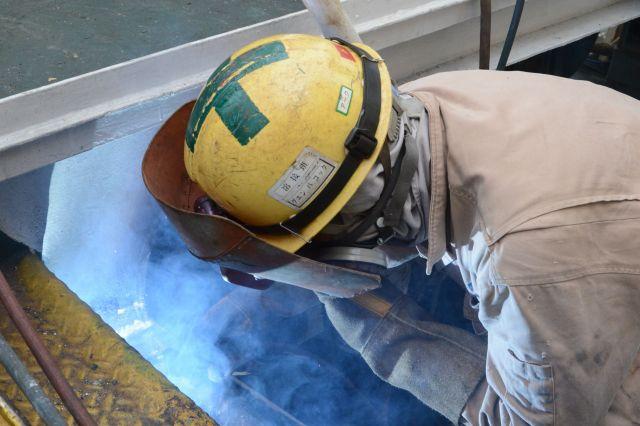 造船所で溶接作業に当たるベトナム人の技能実習生=久保田一道撮影