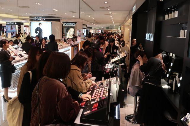 平日でも混雑する百貨店の化粧品売り場=高橋末菜撮影
