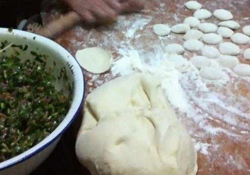 旧正月の餃子作り。ちゃんと皮から作る。皮が柔らかく、具を入れて包むのがかなり難しかった。餃子に1元を入れることに驚いた=2012年1月、中国、堀江麻友撮影