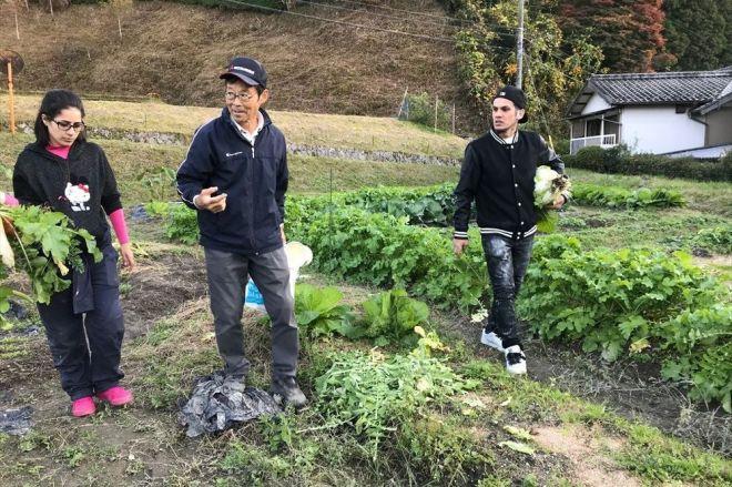 畑を案内する伊熊営農クラブ代表の後藤京一さん