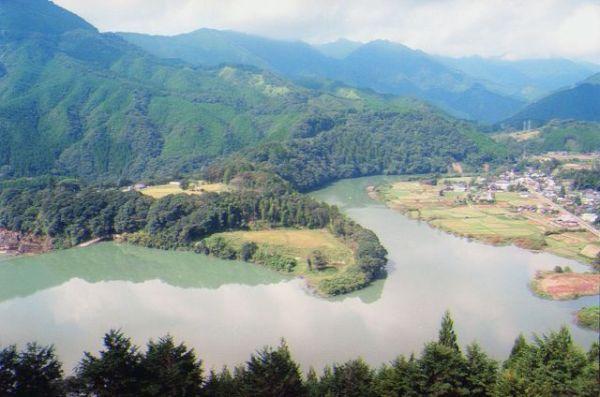 100年前につくられた宮崎県の新しき村。一部が水没し、周囲を川に囲まれた半島のようになっています=1998年