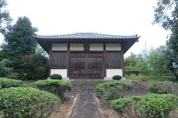武者小路の遺骨も納められている、新しき村の納骨堂=2018年10月