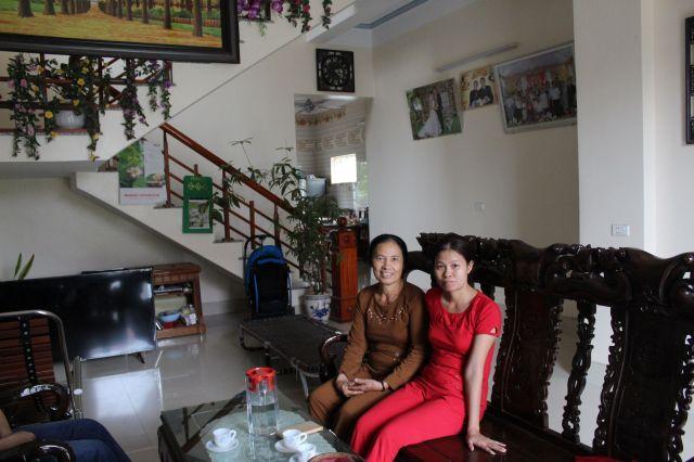 新築の家で母親とくつろぐ元技能実習生のホアン・ティ・レさん(右)、「家族のために家を建てるのが夢だった」と話す=鈴木暁子撮影