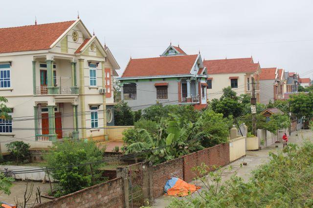 ビンライ村には、出稼ぎで得たお金で家を建てる人が少なくない=鈴木暁子撮影