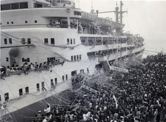 南米への移民船ぶらじる丸の見送り風景=1959年、横浜港