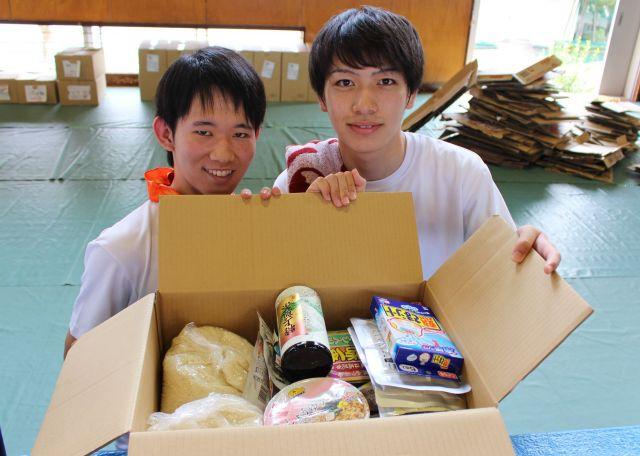 学校の長期休暇中、貧困家庭に食品を届ける「子ども支援プロジェクト」向けの箱詰め作業に参加し、笑顔を見せる学生たち