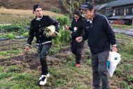 日系ブラジル人に畑を案内する伊熊営農クラブ代表の後藤京一さん=愛知県豊田市