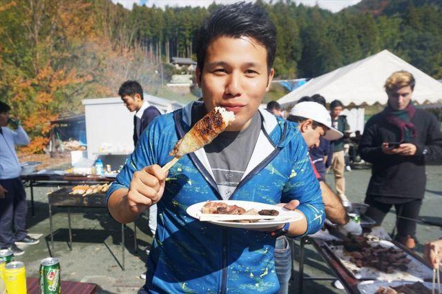 肉を食べる日系ブラジル人の村山グスタボさん