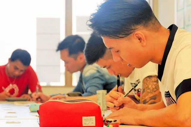 奄美大島にできた日本語学校「カケハシインターナショナルスクール」で学ぶベトナムなどからの留学生たち=鹿児島県奄美市、浅倉拓也撮影