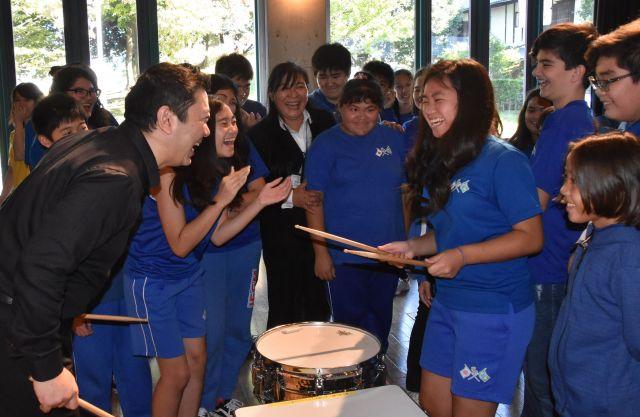 ブラジル人学校で、プロ音楽家の楽器に触れる生徒たち=群馬県大泉町(記事とは関係ありません)