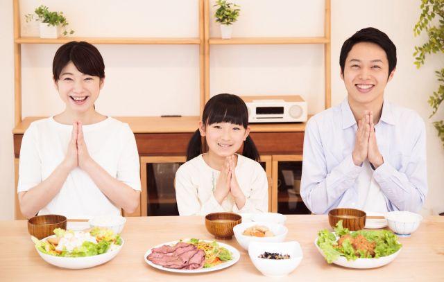 親子で食卓を囲む風景…それが当たり前でない家庭がある(画像はイメージ)