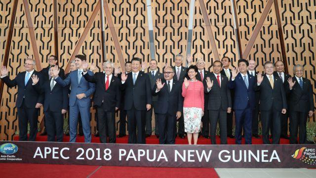 パプアニューギニアでのAPEC会場で記念撮影をする各国首脳ら。前列右から3人目は安倍首相、左から5人目は中国の習国家主席=11月17日、ポートモレスビー