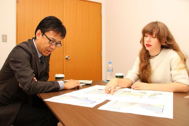 「漫画」が「芸術」と認められず、ビザを取るのに苦労したというオーサさん(右)=神戸郁人撮影