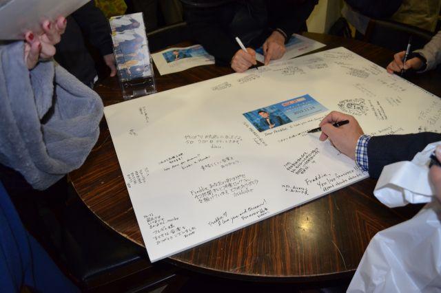 献花が行われたフレディの命日、ファンの人たちがメッセージボードに様々な思いを書き込んだ=東京都千代田区神田小川町