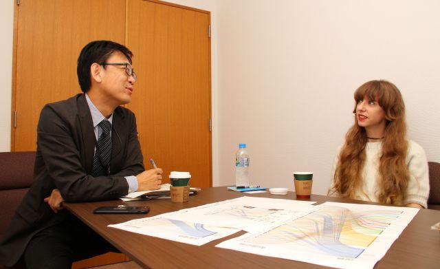 日本で暮らす外国人について話すオーサさん(右)と真鍋さん。「日本の働きにくさは弱点になっていくのかもしれないですね」=神戸郁人撮影