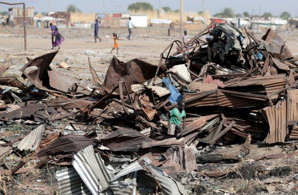 市場跡で使えそうな鉄くずを探す少年。政府は突然、復興し拡大した市場を「道路にはみ出て危険」という安全上の理由で破壊し、燃やしてしまったという=5月3日、南スーダン北部ベンティウ