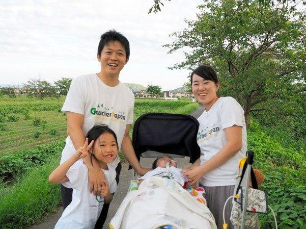 怜生くんは散歩が大好きだという。気候のいい季節は、家のまわりを家族4人で散歩する=水谷裕加さん提供