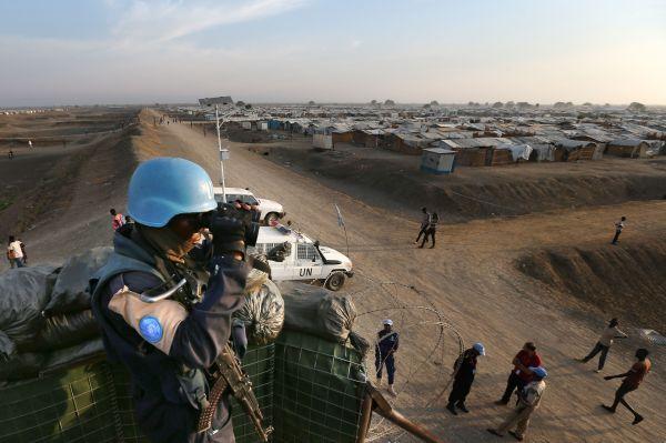 国連の管理下にある国内避難民保護区で警戒する、ガーナのPKO部隊の隊員ら=5月3日、南スーダン北部ベンティウ