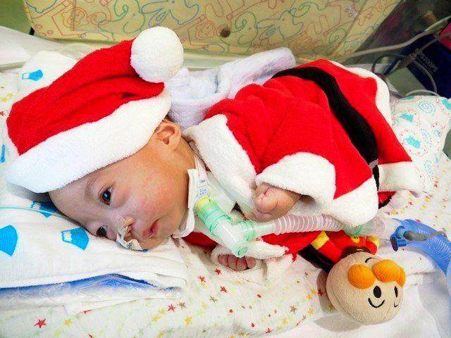 滋賀県立小児保健医療センターに転院した直後。病棟のクリスマス会に参加する水谷怜生くん=裕加さん提供
