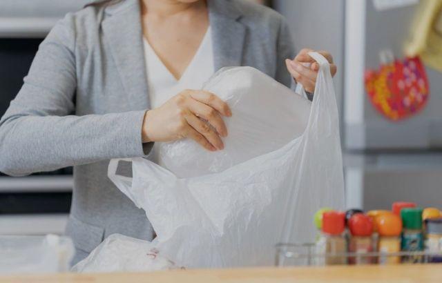 家事や子どもの寝かしつけが終わった後、22時頃から持ち帰った仕事を片付けるという女性(写真はイメージ)