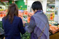 夕食の買い物をする娘(左)と母親=千葉県