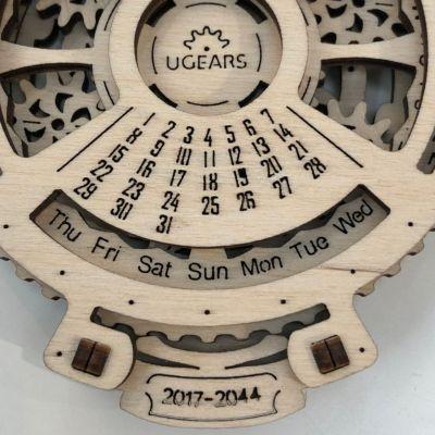 曜日が連動して動きます。これによって、中央部分に固定されている1から31までの日付がそれぞれ何曜日なのかがわかる仕組みです