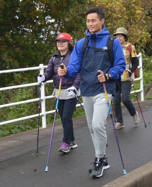 ノルディックウォークのイベントで歩き方を指導する井勢さん(手前)=2018年11月2日、鳥取県湯梨浜町