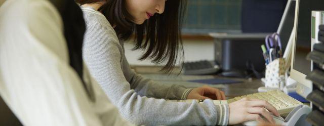 異動先の学校の組織運営に驚いたという女性(写真はイメージ)