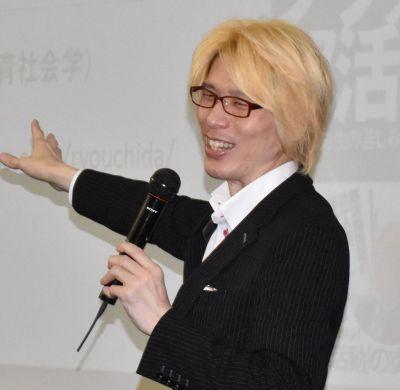 教職員の長時間労働について講演する内田良・名古屋大大学院准教授=2018年8月