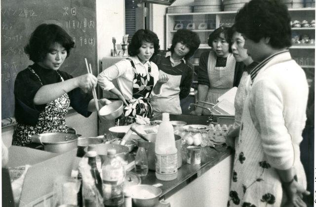 研究会を開き、料理の腕を磨く主婦たち=1982年